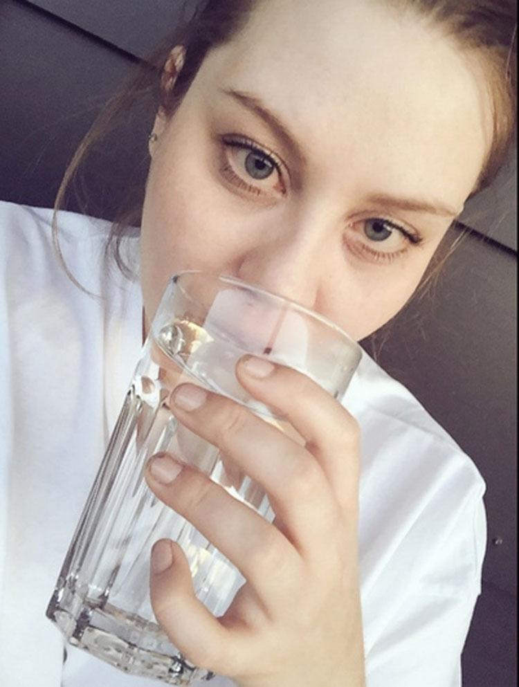 Si tomas agua caliente con el estómago vacío, esto es lo que le sucede a tu cuerpo