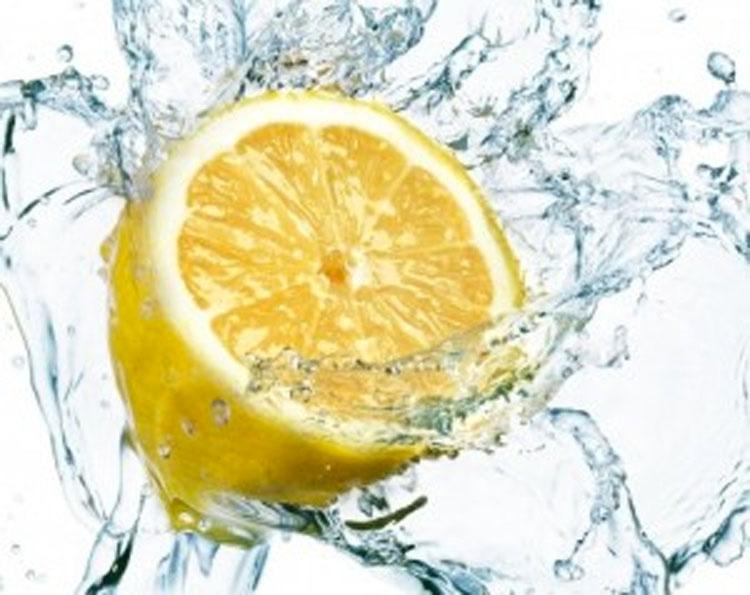 Esto es lo que sucede en tu cuerpo si tomas un vaso de agua con limón a primera hora de la mañana