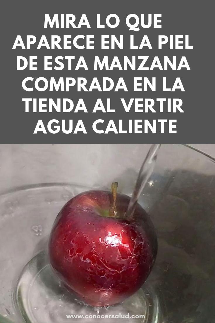 MIRA lo que aparece en la piel de esta manzana comprada en la tienda al vertir agua caliente