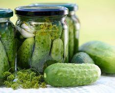 Enlazan este aditivo alimenticio de los pepinillos con el cáncer de colon (también en el helado y otros alimentos)