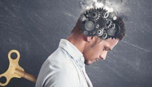 8 malos hábitos que pueden dañar tu cerebro (y que estás haciendo ahora mismo)