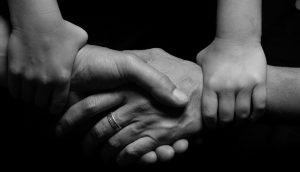 4 maneras eficaces de tratar con la forma en que juzgamos a los demás (y a nosotros mismos)