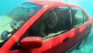 Cómo escapar de un coche que se hunde: ¡Seguir estos pasos podría salvar su vida!