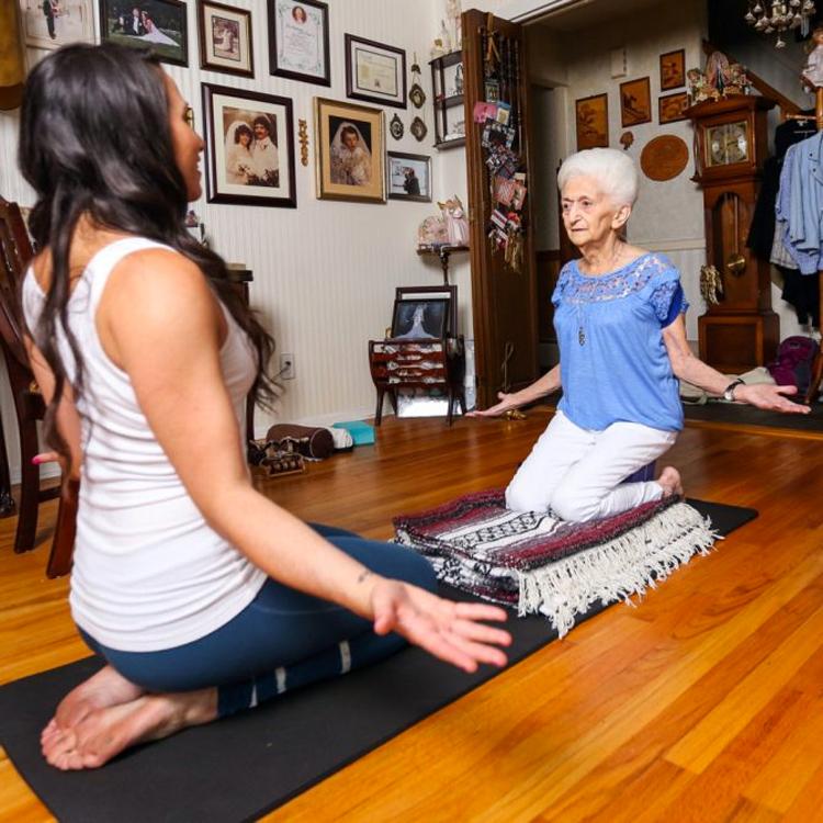 Mujer de 86 años usa yoga para tratar la escoliosis y transformar completamente su cuerpo