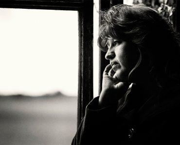 7 comportamientos que revelan que alguien está deprimido en silencio