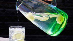 9 beneficios del agua de limón que probablemente desconocías