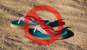 Por qué los médicos instan a la gente a no usar chanclas
