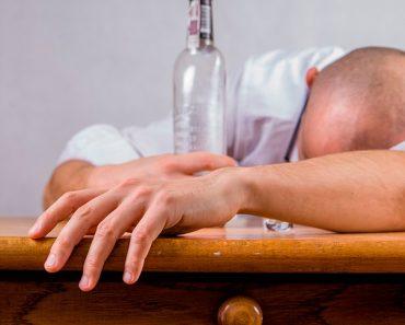 10 Comportamientos que revelan a alguien con alcoholismo oculto