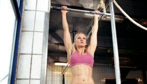 3 ejercicios que te ayudarán a mejorar las dominadas